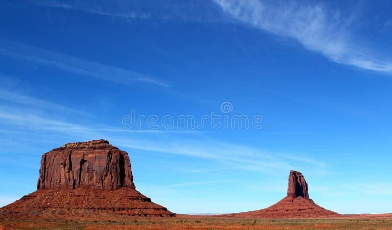 Härlig dag i monumentdalen på gränsen mellan Arizona och Utah i Förenta staterna - Merrick Butte arkivfoto