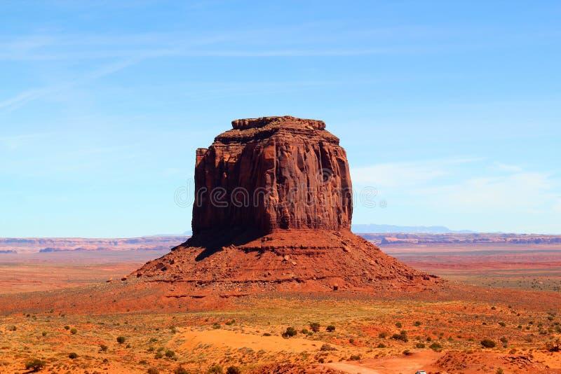 Härlig dag i monumentdalen på gränsen mellan Arizona och Utah i Förenta staterna - Merrick Butte arkivbilder