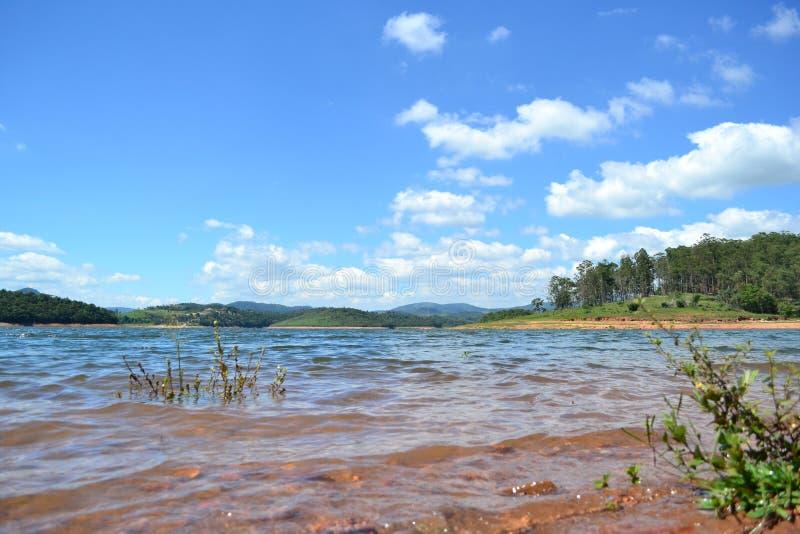 Härlig dag på sjön arkivfoton
