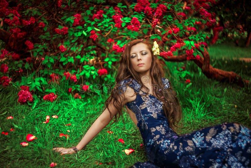 härlig dagdrömma kvinna arkivfoto