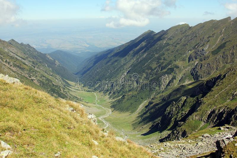 Härlig dal som omges av berg arkivbild