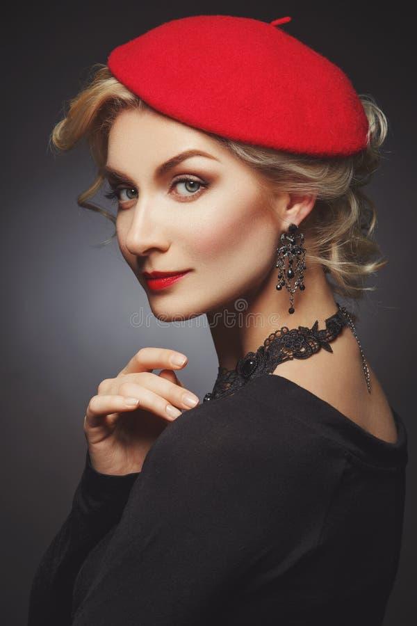 Härlig dam i röd basker royaltyfria foton