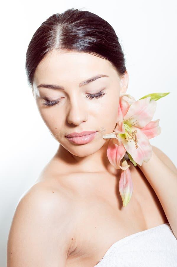 Härlig dam med lilly blomman perfekt hud royaltyfri bild
