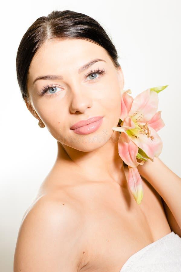 Härlig dam med lilly blomman perfekt hud royaltyfri foto