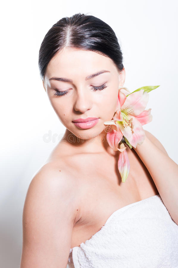 Härlig dam med lilly blomman perfekt hud arkivfoton
