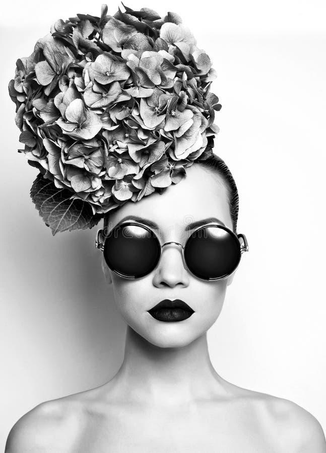 Härlig dam med vanliga hortensian royaltyfri fotografi