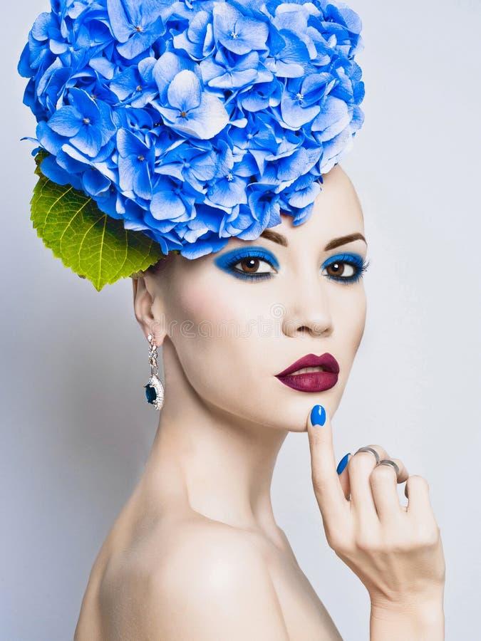 Härlig dam med vanliga hortensian royaltyfri bild