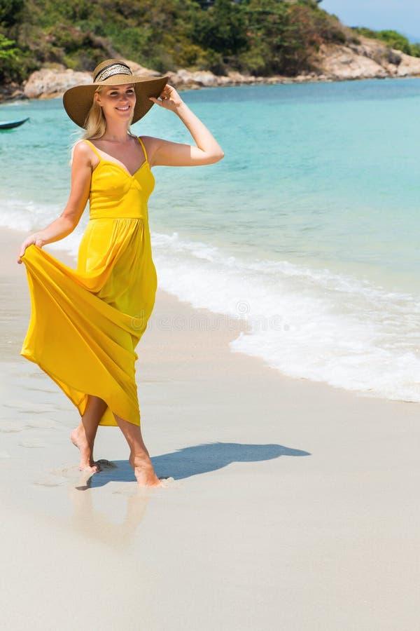 Härlig dam på stranden arkivfoton