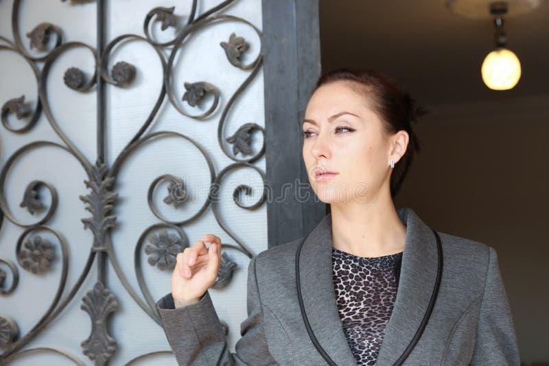 Härlig dam som väntar på dörren arkivbild
