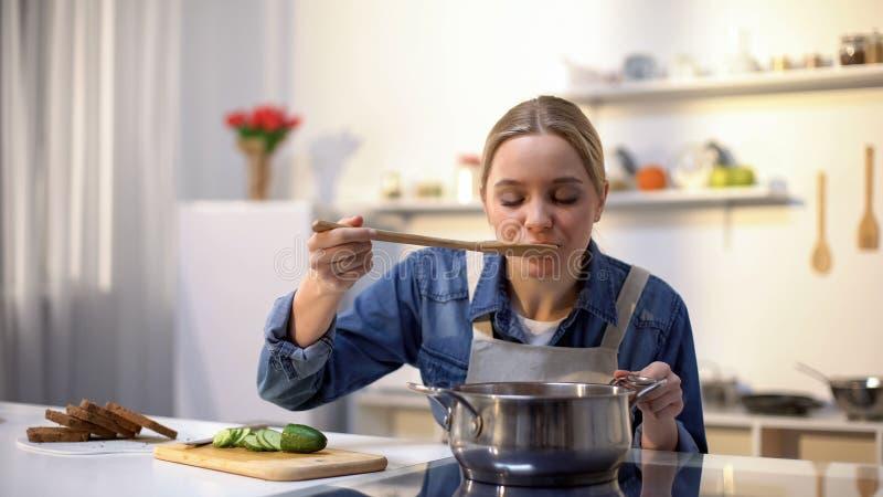 Härlig damavsmakningsoppa, medan laga mat och att förbereda mat för matställe som bantar fotografering för bildbyråer