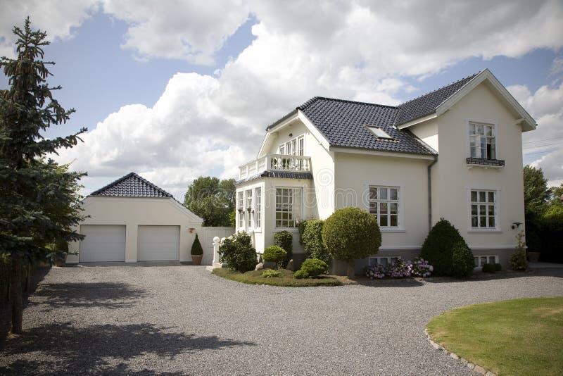 härlig dansk villa fotografering för bildbyråer