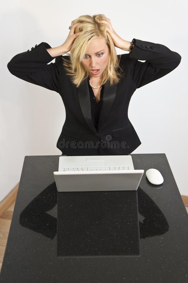 härlig dator som har problemkvinnan royaltyfria foton