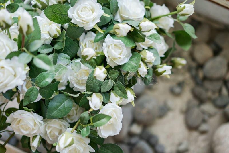 Härlig dekor, vita rosor, ett ställe som ska skrivas, kopieringsutrymme royaltyfri foto