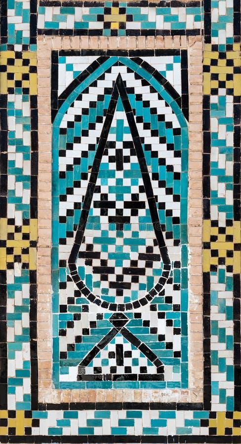 Härlig dekorativ turkosblå belagd med tegel mosaik med trädmotiv, Iran arkivbilder