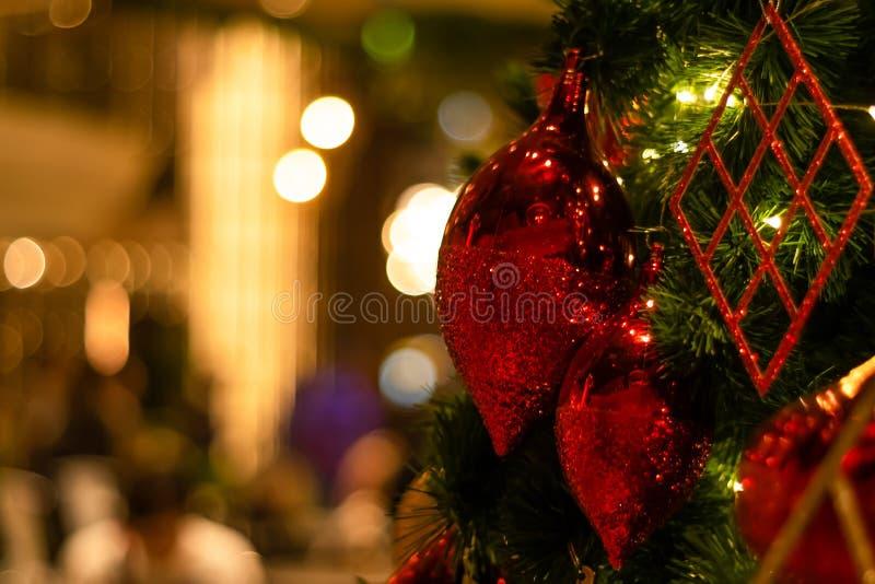 Härlig dekorerad bakgrund för ferie för julträd royaltyfri bild