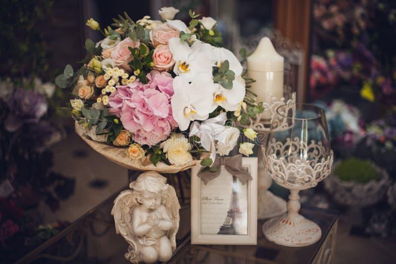 Härlig delikat bukett på tabellen Blom- tema rosa white royaltyfri foto
