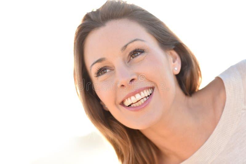 härlig det fria som ler kvinnan arkivfoton