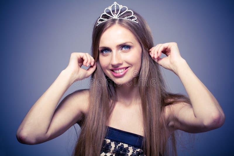 härlig diademflicka royaltyfria bilder