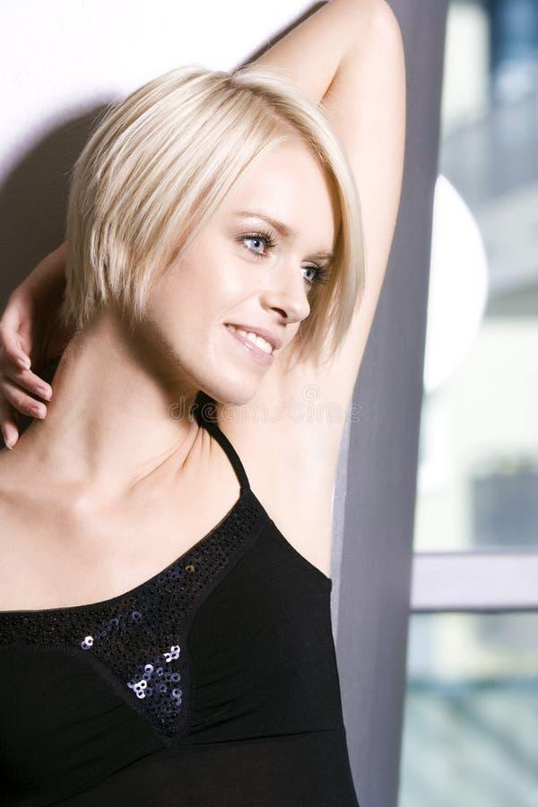 Härlig drömlik blond kvinna arkivfoton
