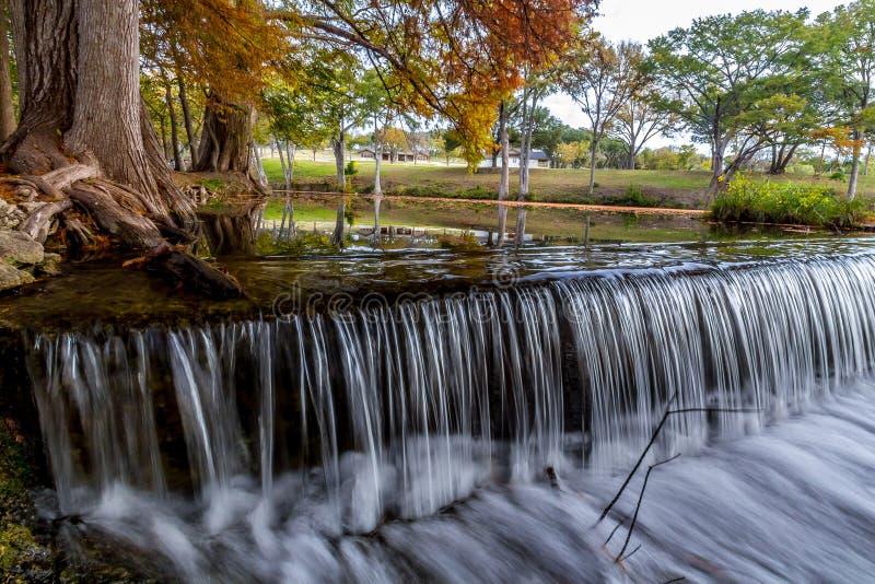 Härlig drömlik flödande gardinvattenfall nära Cypern Trees i det Texas kulllandet. royaltyfri bild