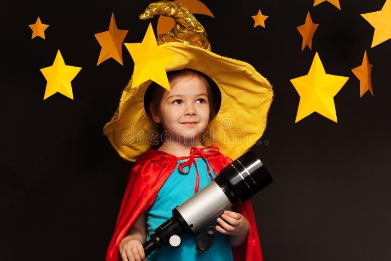 Härlig drömmaredagdrömmeri till och med ett teleskop royaltyfri fotografi