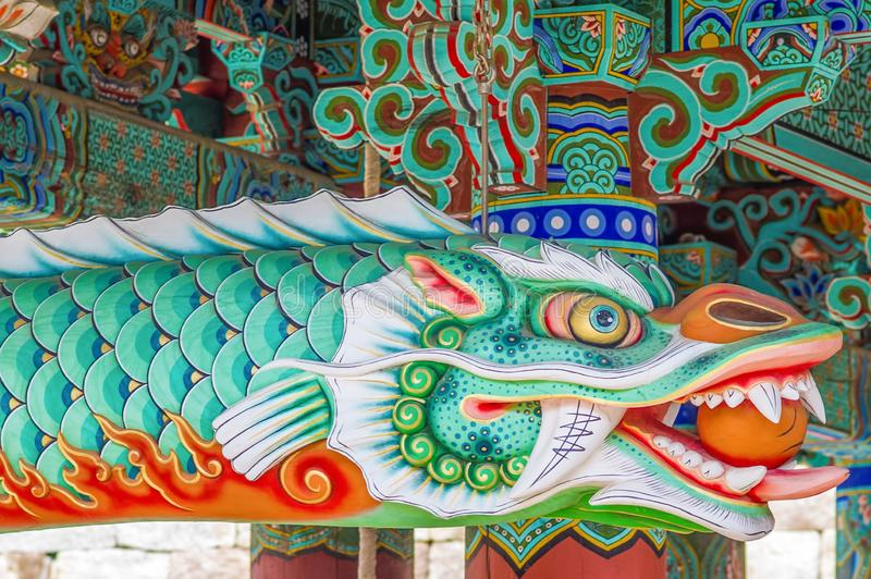 Härlig drakevarelse med livliga färger - lista för arv för värld för Haeinsa tempelUNESCO - Sydkorea arkivfoton