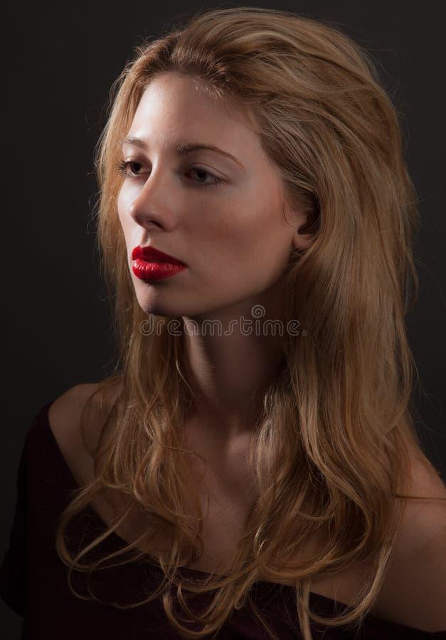 härlig dramatisk ståendekvinna arkivbild