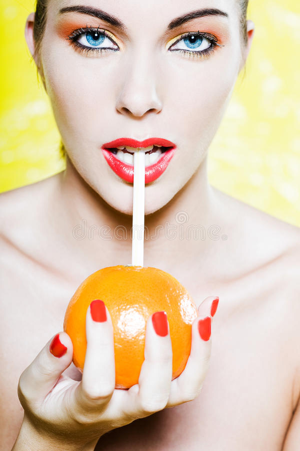härlig dricka orange ståendekvinna för fruktsaft arkivbilder