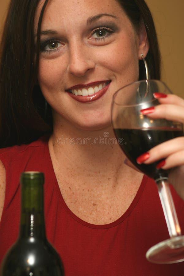 härlig dricka rött vinkvinna royaltyfria bilder