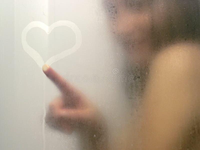 härlig dusch som tar kvinnan royaltyfria foton