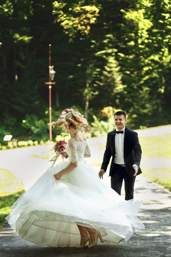 Härlig elegant blond brud i den vita klänningen och stiligt rum royaltyfri foto