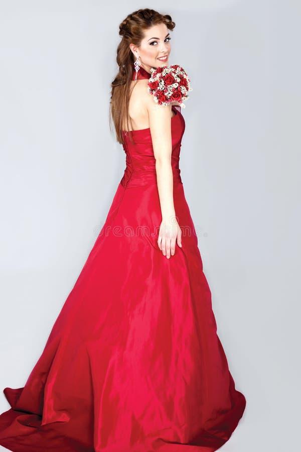 Härlig elegant brud i rött posera för bröllopsklänning fotografering för bildbyråer