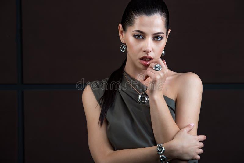 Härlig elegant brunettkvinna med lyxig tillbehör På bla royaltyfria foton