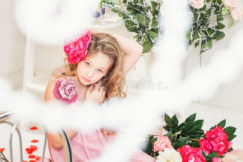 Härlig elegant flicka som poserar med blomman arkivbild