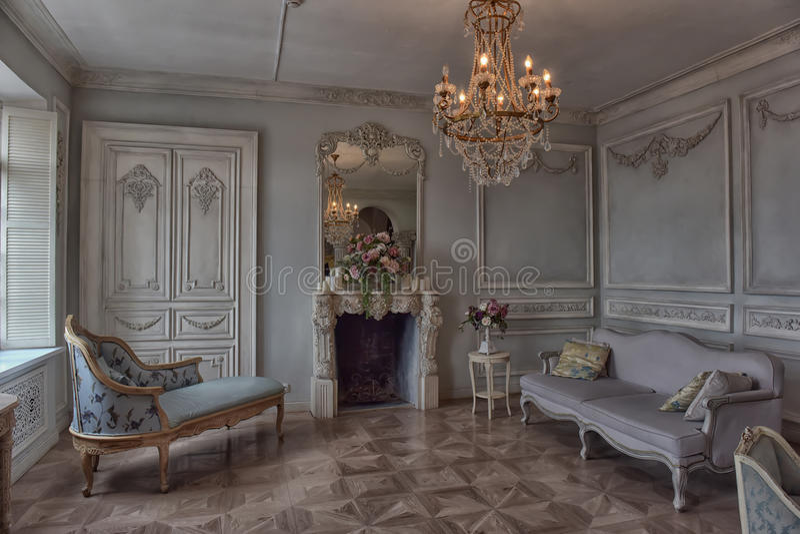 Härlig elegant inre vardagsrum royaltyfri fotografi