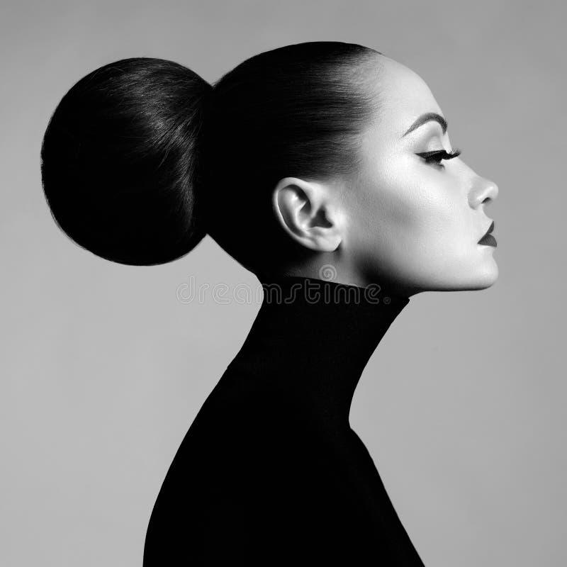 Härlig elegant kvinna i svart halvpolokrage arkivfoton