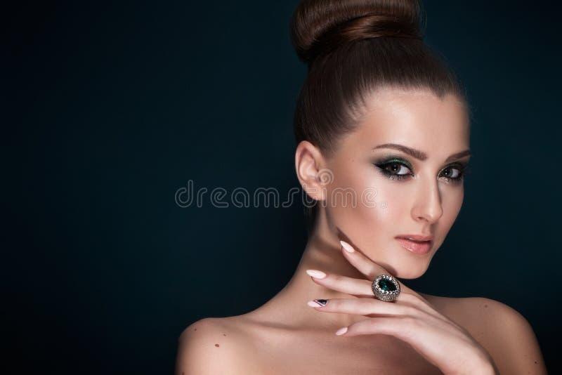 Härlig elegant kvinna med aftonsmink, smycken royaltyfri foto