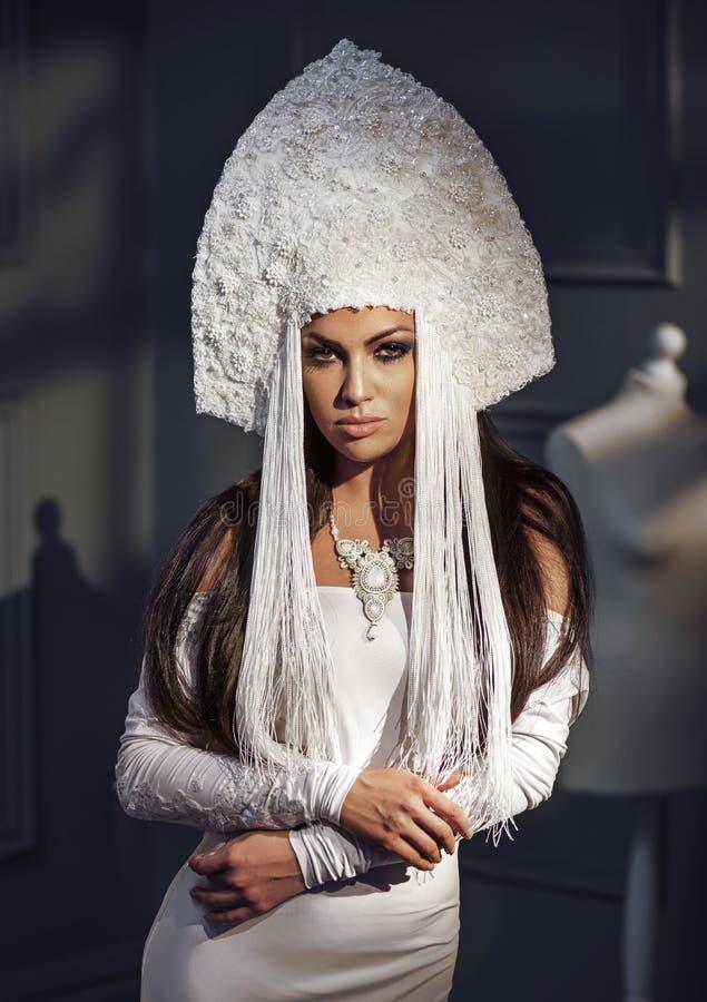 Härlig elegant kvinna med att bära en stilfull chaplet royaltyfria foton