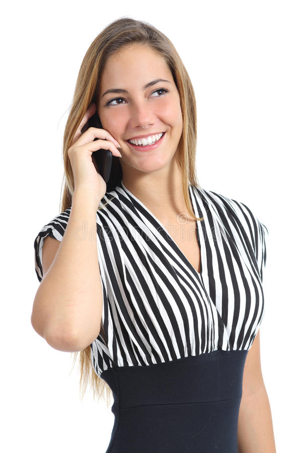 Härlig elegant kvinna som bär en klänning som talar på mobiltelefonen arkivfoton