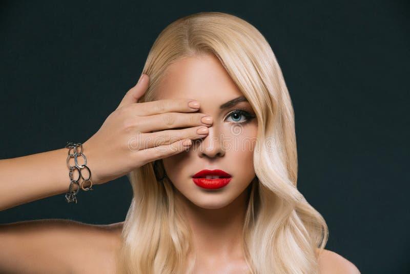 härlig elegant kvinna som stänger hennes öga, arkivfoton