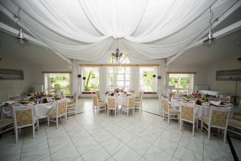 Härlig elegant lyxig mötesplats för bröllopmottagande med stilfull w royaltyfria foton