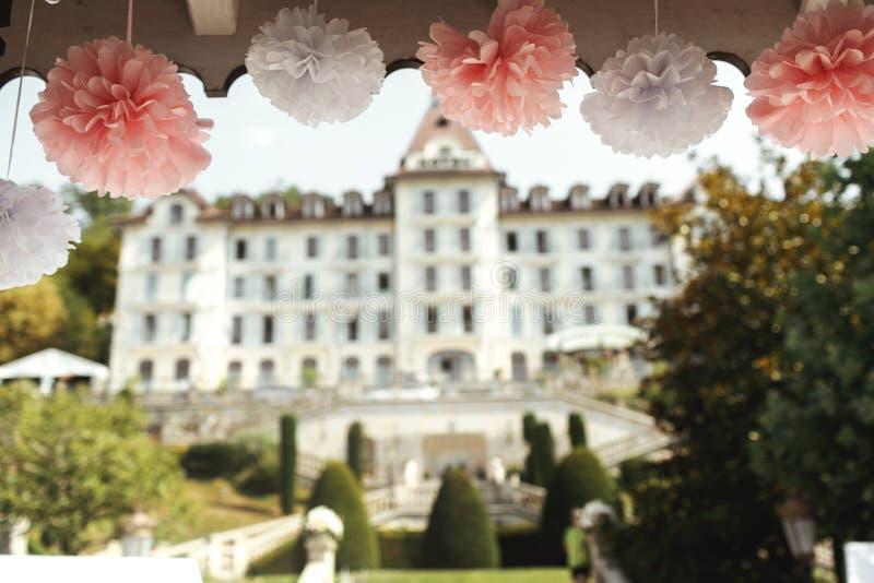 Härlig elegant och stilfull rosa bröllopgarnering på axelH royaltyfri fotografi