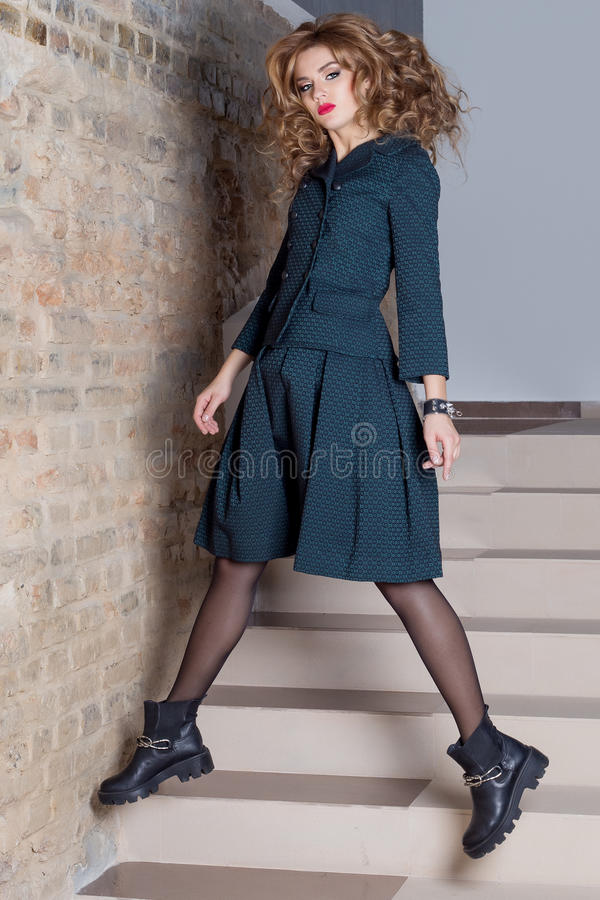Härlig elegant skytte för foto för mode för dräkt för affärskvinna för att bekläda katalogen arkivfoto