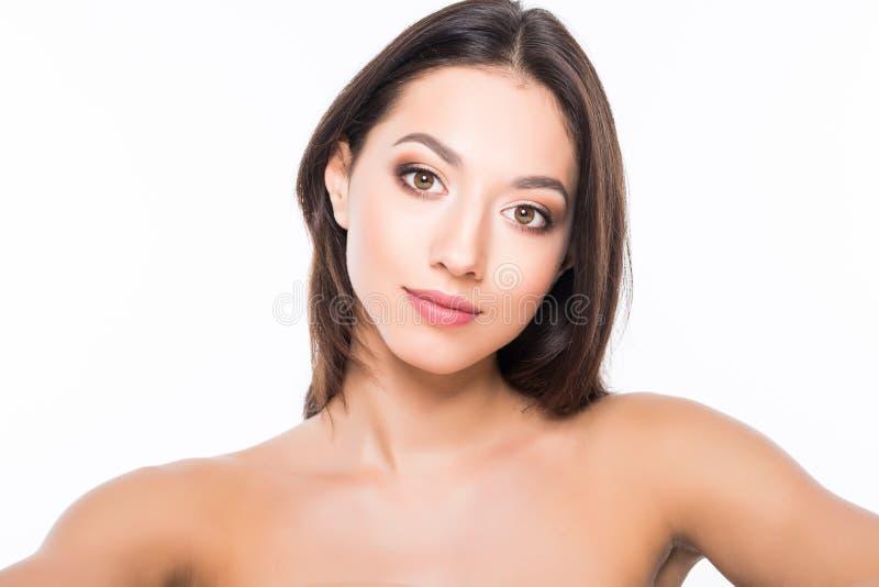 Härlig elegant ung kvinna med naturligt näckt smink på vit bakgrund Yrkesmässig makeup, gör perfekt hud fotografering för bildbyråer