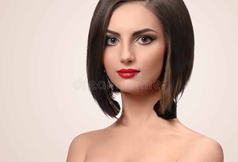 Härlig elegant ung kvinna som poserar i studio royaltyfria foton