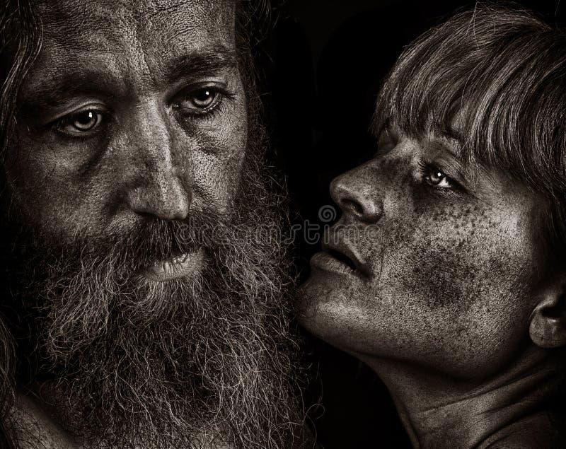 Härlig emotionell bild av två vänner på svart arkivbild