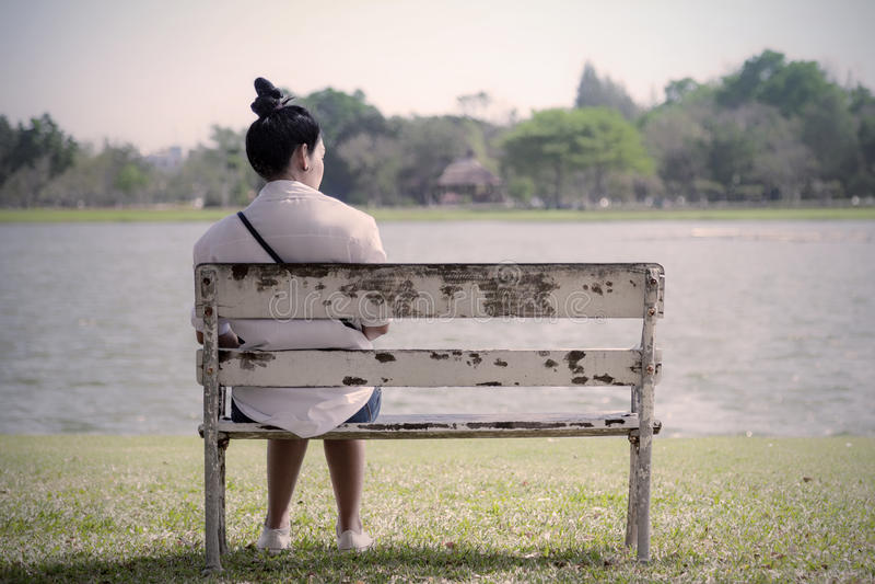 Härlig ensam kvinna i den frustrerade fördjupningen som bara sitter på royaltyfria foton