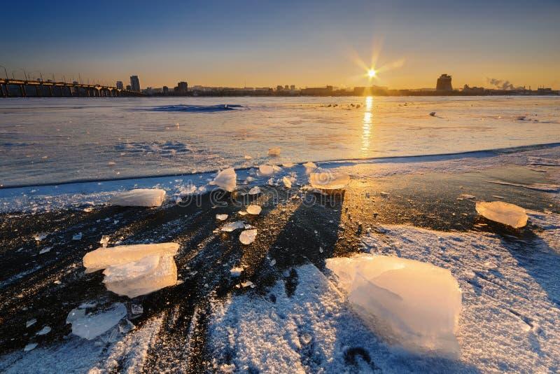 Härlig episk solnedgång i vinter II royaltyfri foto