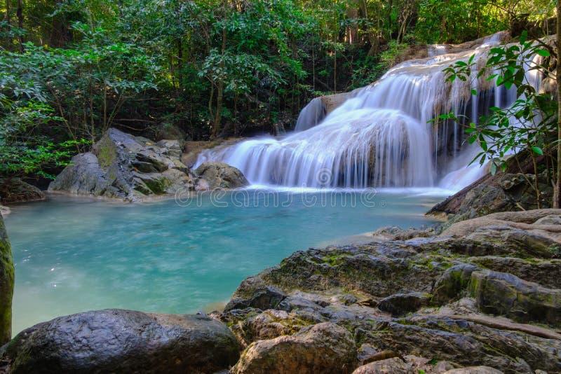 Härlig Erawan vattenfall i nationalparkskog fotografering för bildbyråer