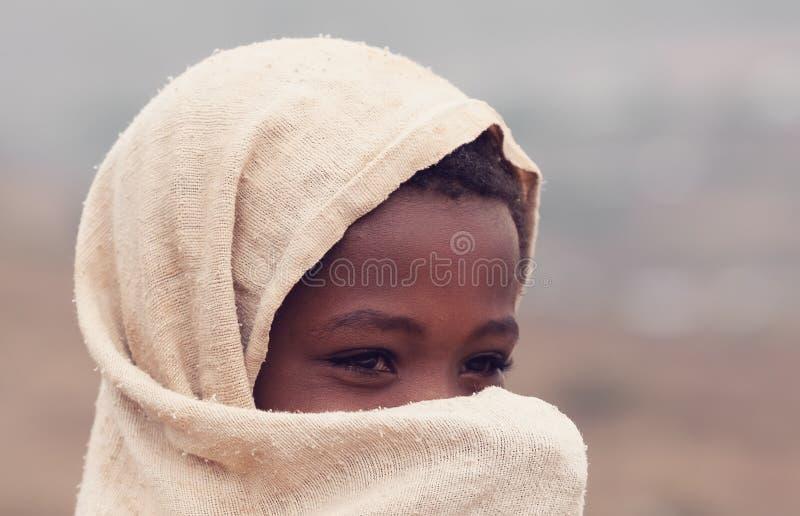 Härlig etiopisk flicka som döljer hennes framsida royaltyfri foto